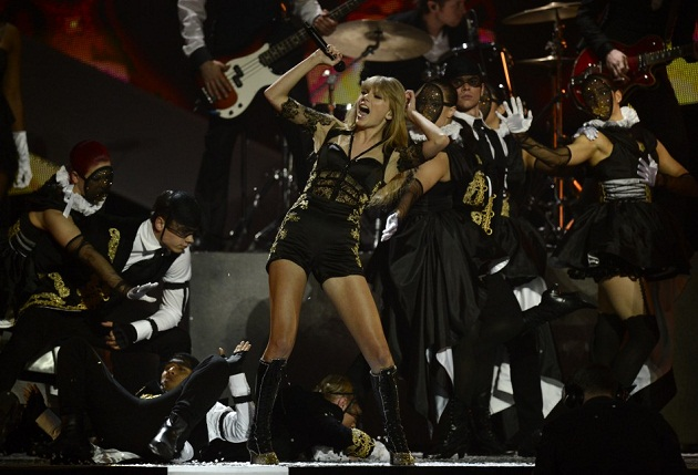 taylor-swift-brit-awards-odulleri-performansi-2013